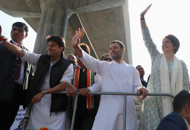 In Priyanka's company, Rahul hits hard on Modi, himself shouts slogans against PM