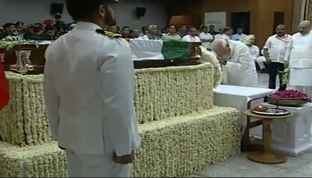 Vajpayee's mortal remains brought to BJP HQ, cremation in evening