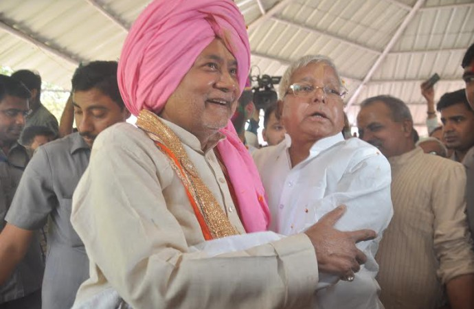 Holi festivity in Bihar's corridors of power: Lalu turns into a 'gentleman', Nitish 'turban-man'
