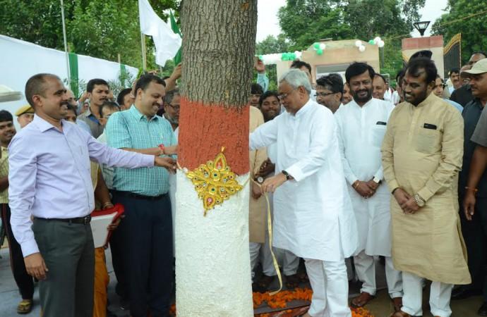 Nitish, Lalu tie 'rakhis' to trees in Bihar