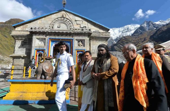 Indian President Pranab Mukherjee visits Kedarnath Temple, offers prayers