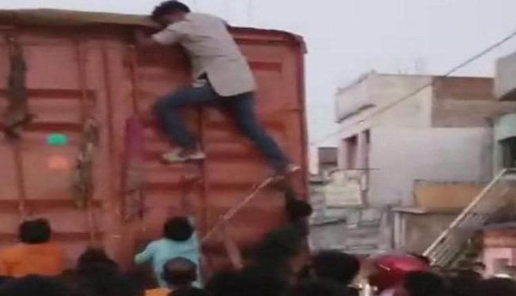 Suspected cow vigilantes blind truck driver carrying cattle in Bihar