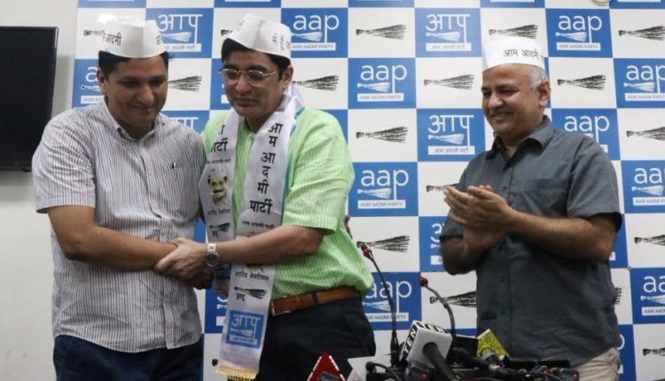 Former Jharkhand Congress chief join AAP, Jharkhand Congress leader Dr Ajoy Kumar joins AAP, former IAS officer Dr Ajoy Kumar joins Arvind Kejriwal's party, Setback for Congress ahead of Jharkhand polls, Dr Ajoy Kumar, AAP, Jharkhand, Congress,